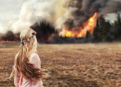Девушка смотрит на пожар